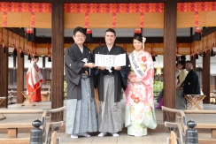 Kyoto, 20/20/2016 - Marco Massarotto riceve per l'Italia il riconoscimento Sake Samurai 2016 da Kazuhiro Maegaki, presidente del junior council di JSS, e da Miss Sake 2016.